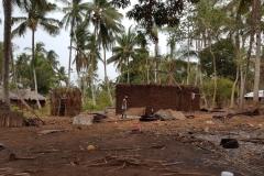 Reparatur eines maroden Palmdaches eines Bewohnerhauses aus dem Dorf
